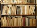 Une bibliothèque dans le bureau de Piaget